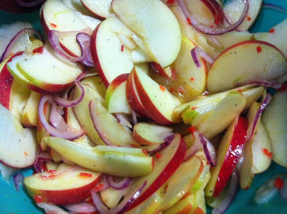Æblesalat med rødløg og chili