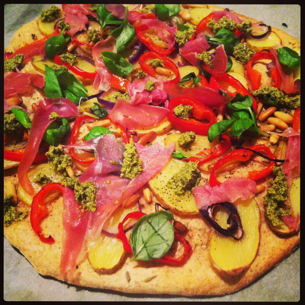 Pizza med kartoffel og serranoskinke