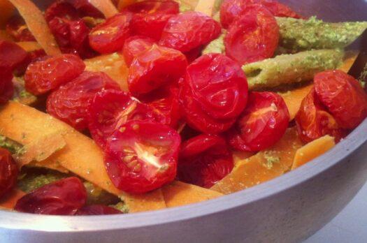 Pastasalat med pesto og langtidsbagte tomater