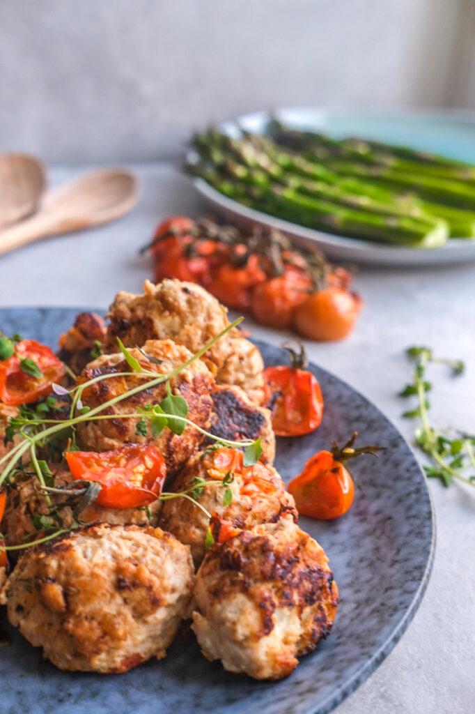 Kyllingefrikadeller med feta og soltørrede tomater
