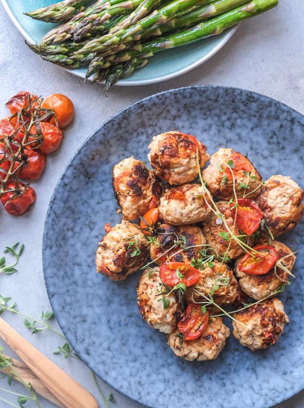 Kyllingefrikadeller med soltørrede tomater og feta