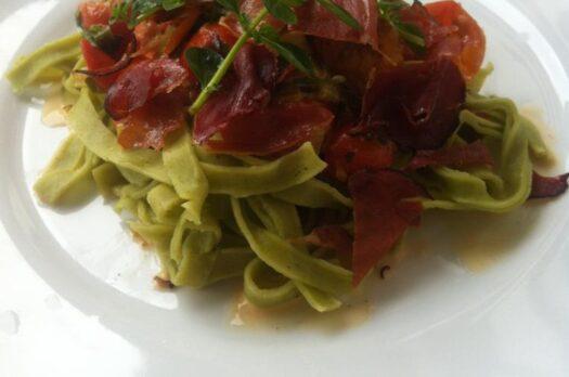Frisk pasta med serrano skinke og kantareller