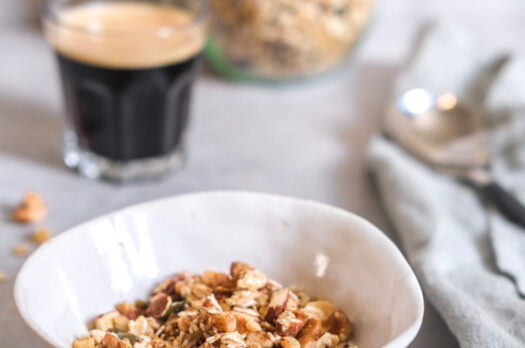 Hjemmelavet granola med kokosolie og ahornsirup