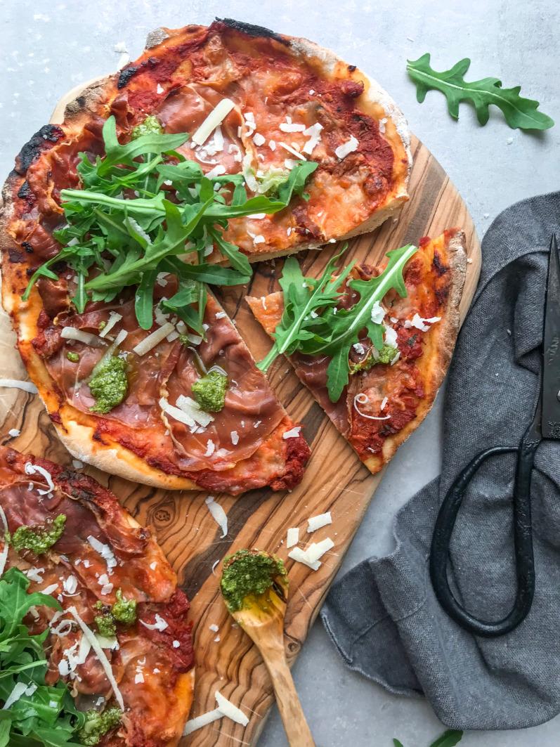 Hjemmelavet pizza med serrano og rucola