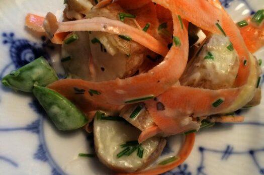 Frisk kartoffelsalat med grøntsager