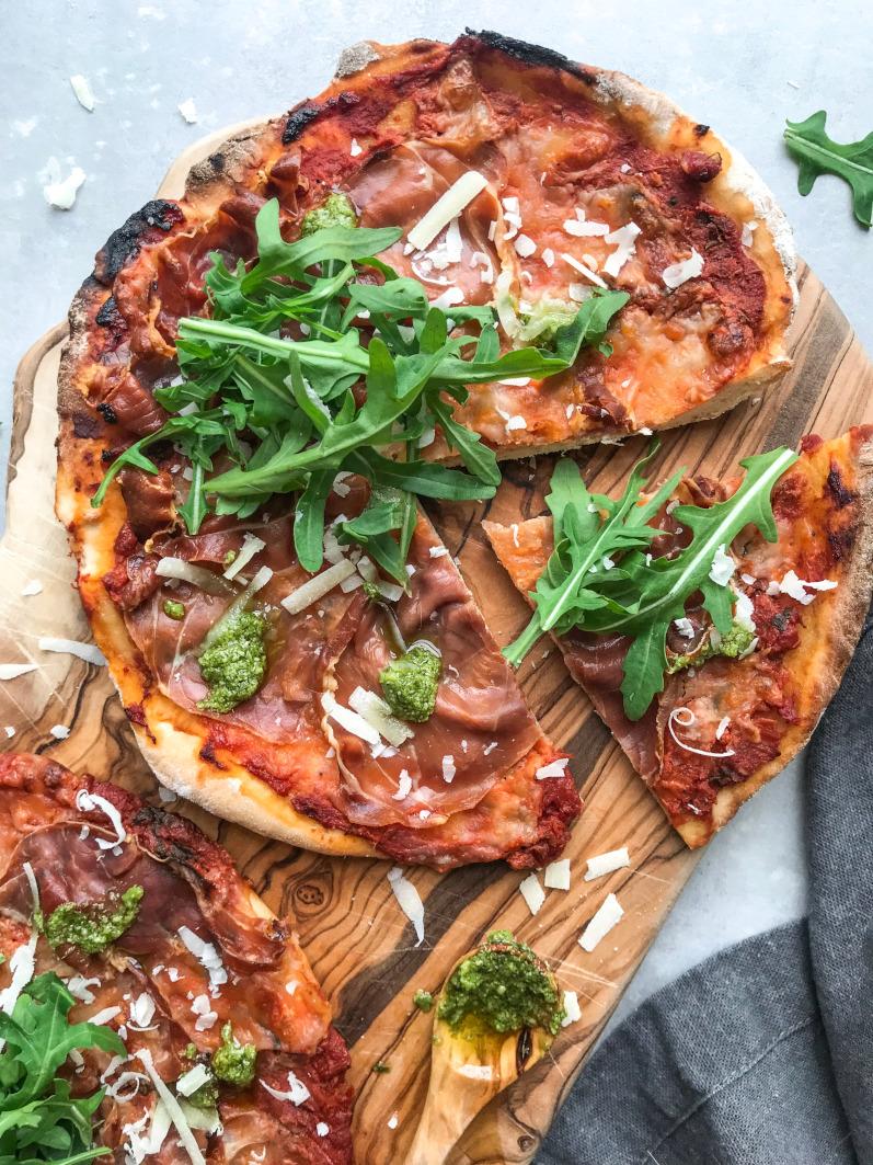 Pizza med serrano, rucola og parmesan