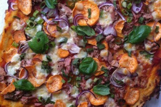 Hjemmelavet pizza med tun og søde kartofler