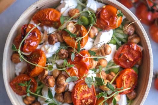 Salat med spidskål og langtidsbagte tomater