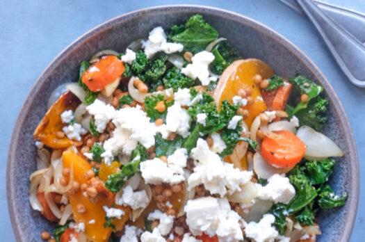 Salat med hvedekerner, feta, butternut squash og grønkål
