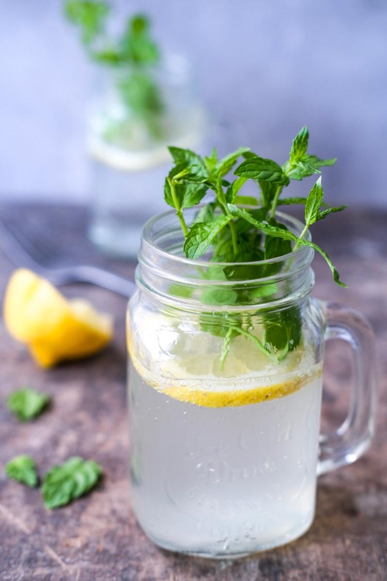 Lemonade med citron og hyldeblomst
