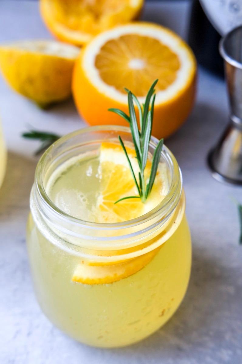 Gin og tonic med appelsin