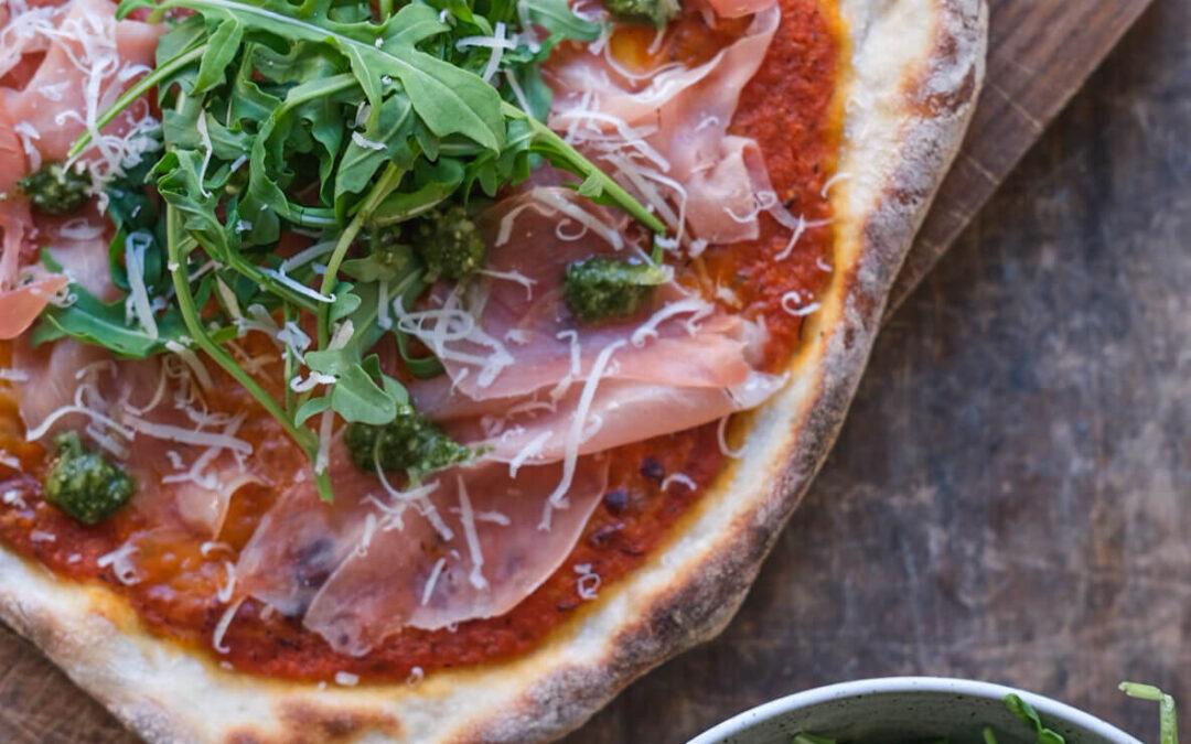 Surdejspizza med parmaskinke, pesto og ruccola