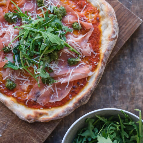 Pizza med parmaskinke pesto og ruccola