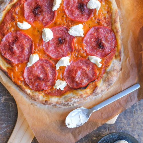 Surdejspizza med salsiccia og mascarpone